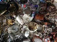 Collection of vintage jewelry, jewelry boxes - a lot of 132 pieces.