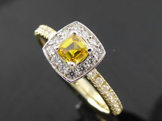 Yellow and white gold ring with square emerald cut diamond, fancy deep brownish yellowish orangy colour diamond and 27 brilliant cut diamonds of 0.60 ct in total **** No reserve price ****