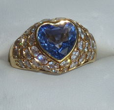 Ring with 3 ct sapphire and 3 ct diamonds.