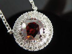 White gold entourage pendant, set with 0.60 ct exclusive fancy intense deep red coloured brilliant cut diamonds and 38 diamonds, 0.90 ct in total