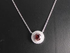White gold, 18 kt, entourage pendant set with intense fancy deep red colour diamond, 0.90 ct in total – 42 cm