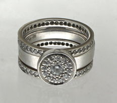 White gold set of rings set with diamonds
