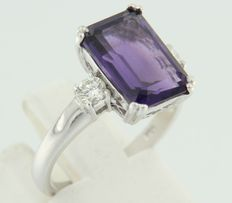 White gold ring of 14 kt set with amethyst and two brilliant cut diamonds, ringsize 17.25 (54)