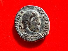 Roman Empire - Magnentius (350-353 AD). bronze maiorina (5,25 g. 21 mm.). Lugdunum mint, 352 A.D. Victories holding shield in reverse. * SV / RPLG.