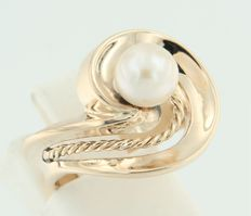 Yellow, 14  kt gold ring with a freshwater, cultured pearl, ring size 17 (53)