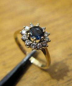 Elegant 18 kt yellow gold ring with central sapphire, 4.60 mm, and 12 brilliant cut diamonds, colour G, clarity VS2, totalling 0.24 ct