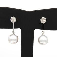 18k White gold earrings with brilliant cut diamonds and Australian South Sea pearls – Maximum earring height: 28.00 mm (approx.)