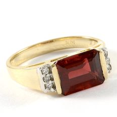 14kt Yellow Gold Ring  Set with Diamonds and Garnet