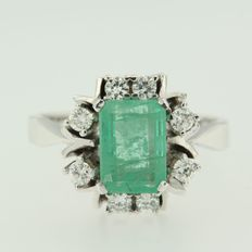 14 kt white gold ring with central 2.30 ct emerald and surrounded with 8 brilliant cut diamonds 0.44 ct, ring size 18 (57)