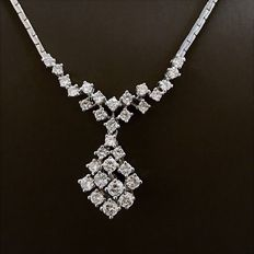 A 585/14 kt white gold necklace with 31 brilliants of approx. 2.12 ct in total, diamonds