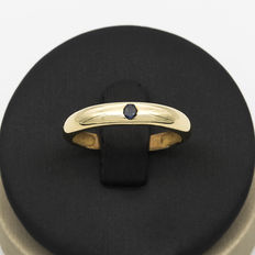 Yellow gold ring with central round cut sapphire - Ring size 18.50 (SP)