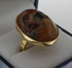 Yellow gold ring set with a pietersite