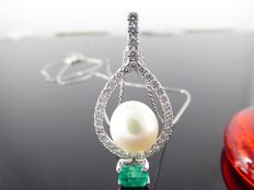 Handmade pendant set with an exclusive gold-coloured South Sea pearl and an intensely green emerald of 0.50 ct and cut diamonds, 0.50 ct in total
