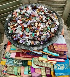 Huge variety of small, cut stones, with 50 small Sari material bags - ca 1 cm - 5,17kg  (5000)