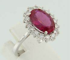14 kt white gold entourage ring set with a central red glass stone and an entourage of brilliant cut diamonds