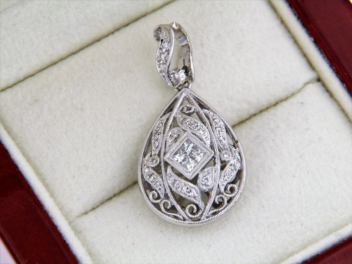 Jewellery pendant in engraved white gold set with diamonds of 0.65 ct - 18 kt white gold - 30 x 15 mm