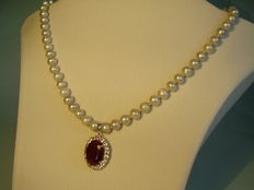 Grey pearl necklace with ruby pendant (approx. 30 ct.)