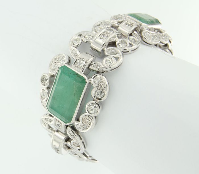 White gold Art Deco style bracelet with many old European cut diamonds and emerald, approx. 27 carat in total.