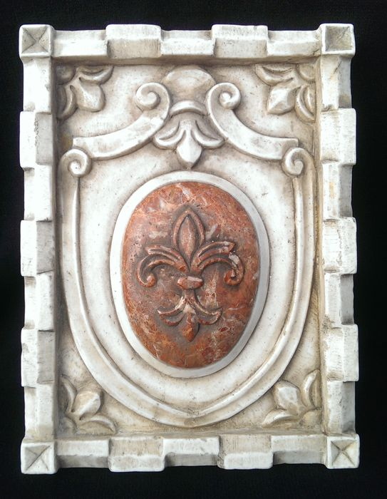 Florentine coat of arms made of Asiago Biancone marble with a Breccia Pernice marble inlaid crest - Arezzo, Italy, 20th century