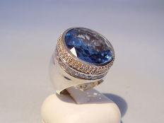 Large cocktail ring with a sapphire-blue spinel