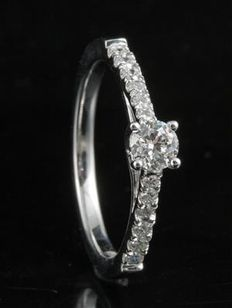 Brand new engagement ring with round brilliant diamonds. 0.50ct total weight. G colour, SI clarity set in 18kt white gold. Size 54/N (free re-sizing in Antwerp)