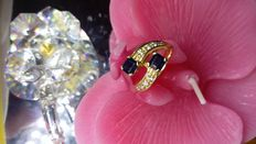 Women's contrariè ring in 18 kt (750) yellow gold – weight: 4.7 g – with 2 blue carré cut sapphires, with a total weight of 0.30 ct – brilliant cut natural diamonds with a total weight of 0.40 ct (approx.), colour: G
