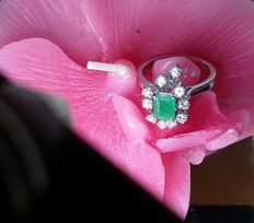 Women's 18 kt (750) white gold ring with 0.80 ct natural emerald and 10 natural diamonds weighing 0.50 ct