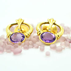 Exclusive gold earrings with 16 ct amethysts and diamonds.