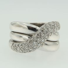 18 kt white gold ring, set with brilliant cut diamonds