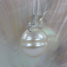 White baroque South Sea pearl pendant, 15 mm with diamonds of 0.06 ct