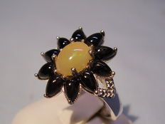 Women's ring with light and dark solid opals, approx. 2.8 ct