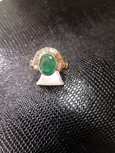An 18 kt emerald diamond ring totalling 2.86 ct