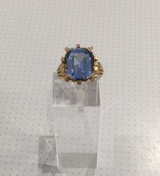 18 kt gold ring set with an aquamarine.