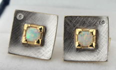 14 kt Bi-colour gold earrings inlaid with white opal and diamond