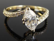 Diamond ring marquise cut diamond with IGI certificate of 0.76 ct & 18 diamonds, 0.96 ct in total