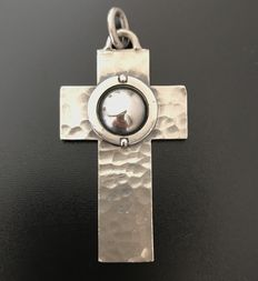 Jean Desprès (1889-1980) - large Art Deco cross - pendant in hammered silver - with signature