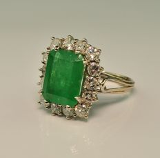 Absolutely Superb 5ct Emerald with 1,65ct H/I SI2 Diamond, 18kt White gold Ring- Size 50/51