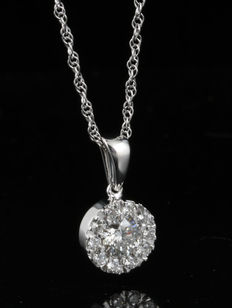 D iamond cluster pendant. with centre stone 0.33 ct surrounded by 10 small diamonds total 0.50 ct