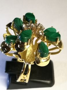 Exclusive 18 kt gold floral ring with malachites. Low reserve price.