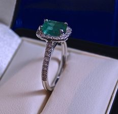Beautiful natural emerald of 1.73 ct set on 18 kt rhodium-plated white gold ring, with entourage and 2 lines of brilliant cut diamonds of 0.31 ct in total,
