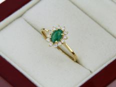 18 kt gold ring with emerald and diamonds - Finger size: 56 - easy to resize.