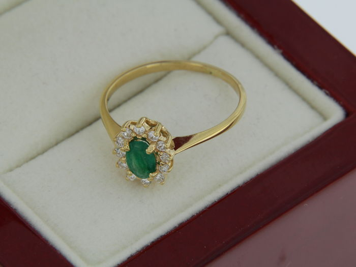 18 kt gold ring with emerald and diamonds finger size