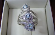 Ring in 18 kt white gold, 1 ct in diamonds and 0.80 ct in topazes