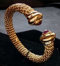 18 kt/.750 white and yellow gold bracelet in open torque design, set on both ends with natural rubies of approx. 2 ct. Weight:  46.3 g