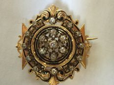 Vintage enamelled gold brooch with diamonds weighing approx. 1.25 ct.
