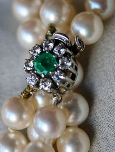 2-row Luxury necklace with genuine see/salty round pearls, excellent luster. Beautiful buckle with bright Emerald and brilliants H/VVS2.