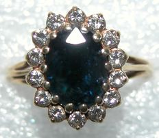 Gold ring of 18 kt with sapphire and brilliants