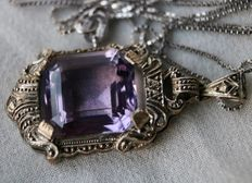 Silver Art Deco  pendant with a natural Amethyst of approx 6.4 ct. and a silver chain, ca. 1920-1940