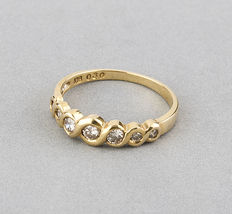 18 kt yellow gold cocktail ring with 7 diamonds.