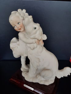 1984 - Capodimonte Italian porcelain. Girl hugged by her dog - in very good condition